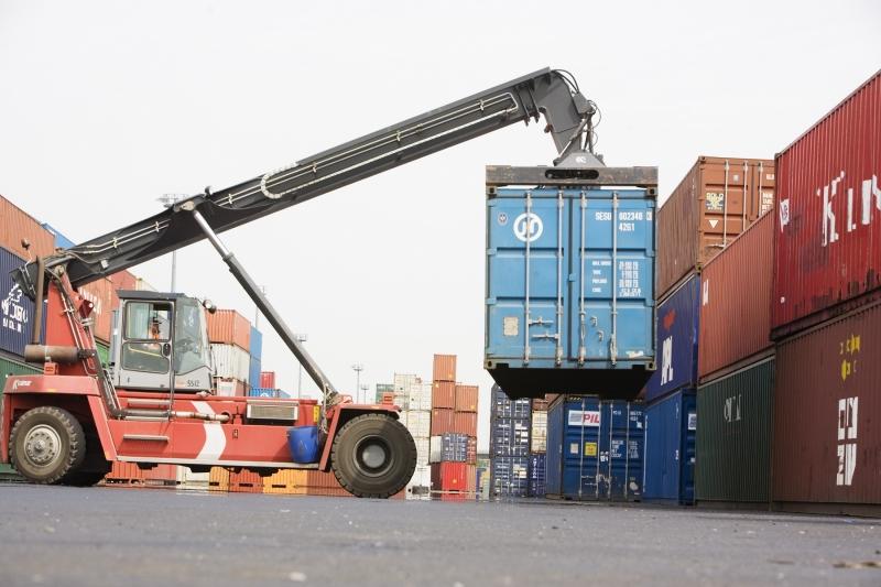 Bốc dỡ hàng hóa tại cảng biển