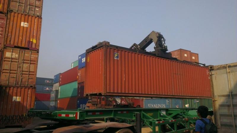 Bốc dỡ hàng tại cảng