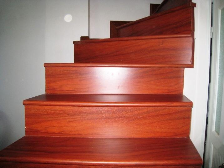 Cầu thang gỗ sau khi được sơn trở nên bóng đẹp hơn