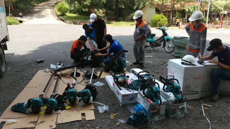 Công nhân đang vệ sinh thiết bị