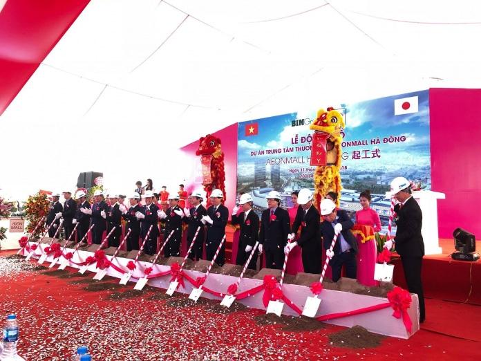 Nghi thức xúc cát trong buổi lễ tổ chức khởi công Aeonmall Hà Đông