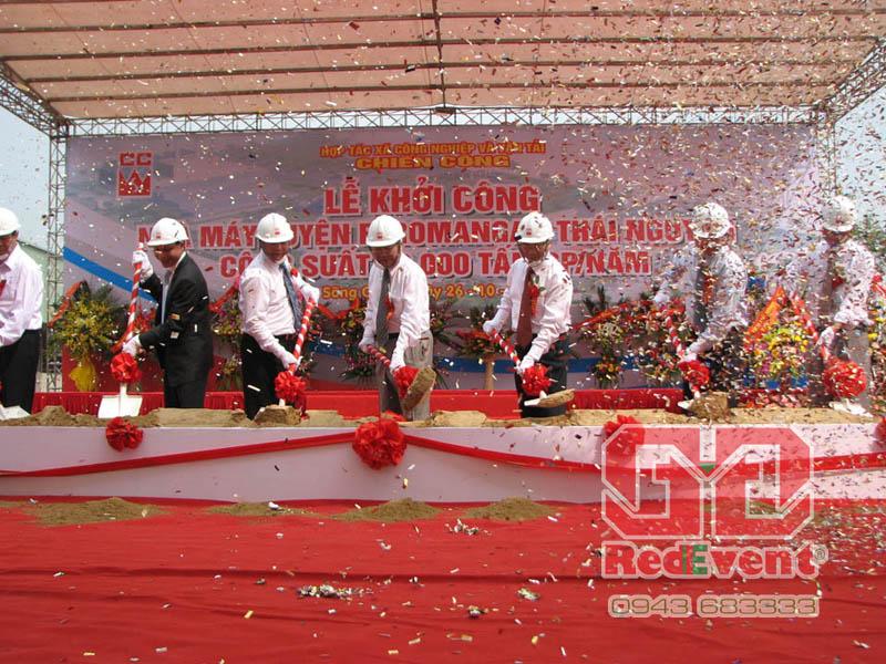 Sự kiện Đỏ sẽ lên kế hoạch chi tiết cho buổi lễ, cung cấp trang thiết bị cần thiết như nhà bạt không gian, sân khấu, bục xúc cát...cung cấp nhân sự đảm bảo cho buổi lễ diễn ra thành công