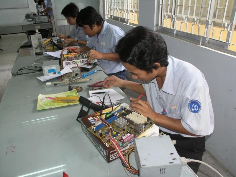 Các học viên trong giờ thực hành.