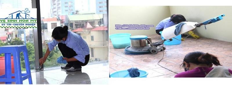 Nhân viên tại Công ty vệ sinh Hòa Mỹ đang tiến hành vệ sinh.