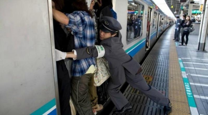 Công việc đẩy người vào trong tàu điện ngầm