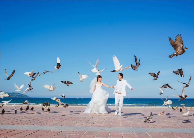 Không chỉ là địa điểm hẹn hò lãng mạn, công viên biển Phạm Văn Đồng còn là nơi được nhiều cặp đôi chụp ảnh cưới nhất