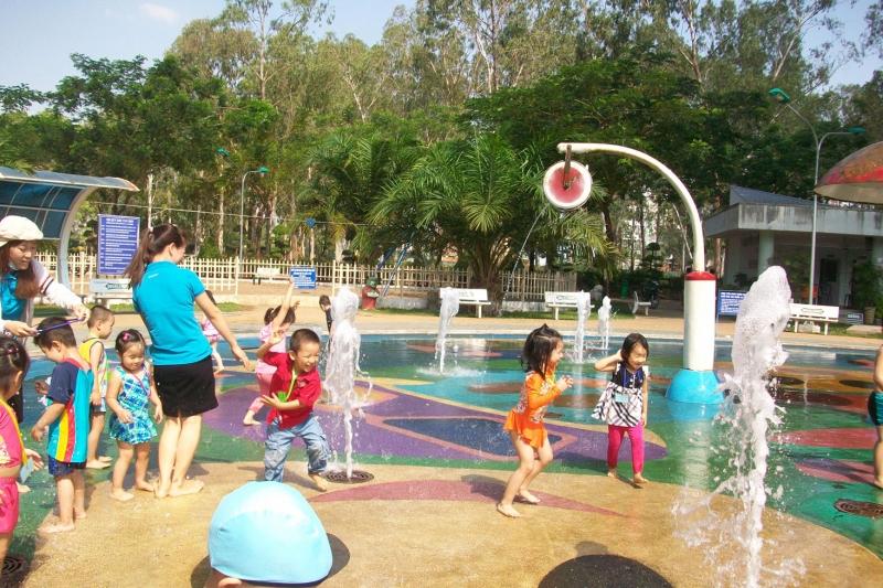 Các bé vui chơi tại công viên Gia Định