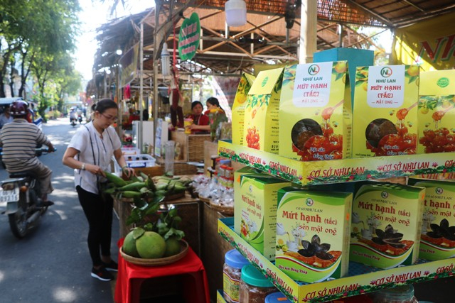 Phiên chợ nông sản được bày bán ở Công viên Hai Bà Trưng