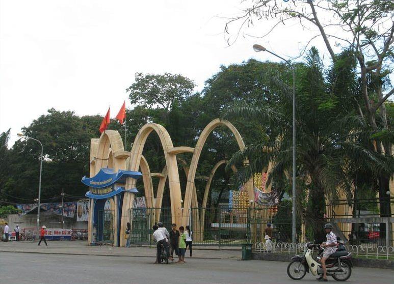 Cổng công viên Lê Thị Riêng