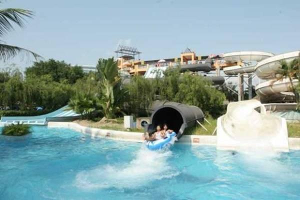 Trượt ống tại công viên nước tạo cảm giác mạnh cho người chơi