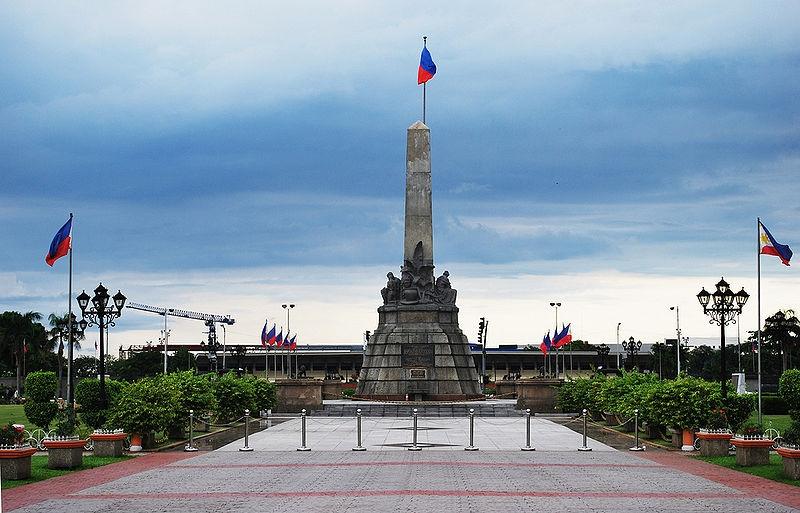 Tượng đài Rizal nằm trong khuôn viên công viên