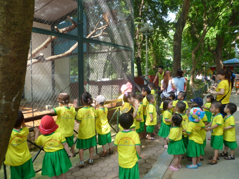 Các em thiếu nhi thăm quan vườn thú Thủ Lệ