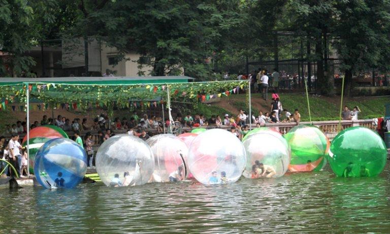 Chơi bóng nước ở Công viên Thủ Lệ