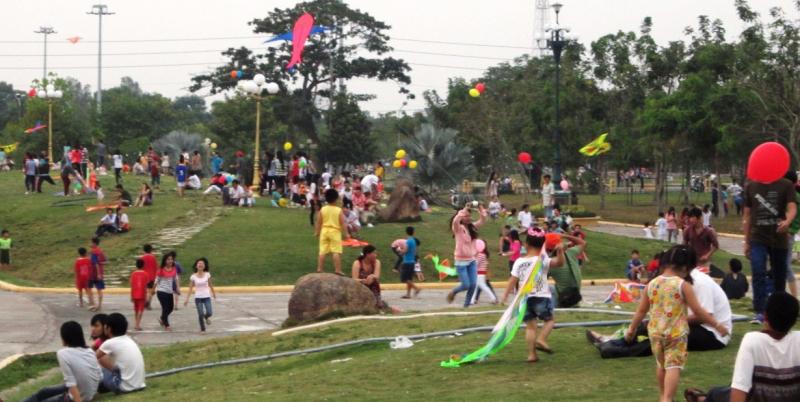 Công viên Văn Miếu - Không gian lí tưởng để thả diều mỗi chiều hè