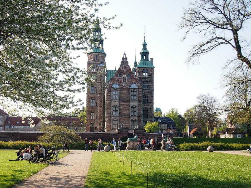 Bạn có thể dạo quanh công viên Kongens Have vào những ngày đầy nắng thật thú vị