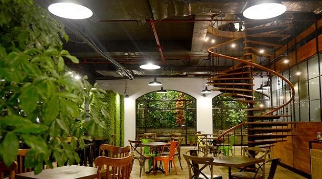 Menu của quán chủ yếu là các loại trà, đồ uống đá xay ice-blended cùng các loại bánh ngọt phục vụ các bạn trẻ với giá trung bình 50.000 - 60.000 đồng một đồ uống.