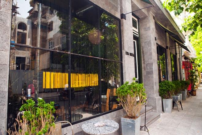 Được ví như châu Âu thu nhỏ giữa lòng Hà Nội, Casa Nostra được lòng khách hàng ở mọi lứa tuổi bởi không gian vừa mang nét cổ kính, tinh tế lại vừa phóng khoáng, hiện đại.