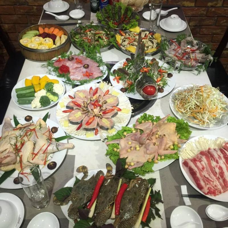 Thực đơn ở Lẩu Hơi Cosmos khá đa dạng với đủ các loại thịt như: gà, bò Mỹ, chim câu,…; các loại hải sản như: cá chép giòn, trắm giòn, cá tầm, cá lăng, cá mú...