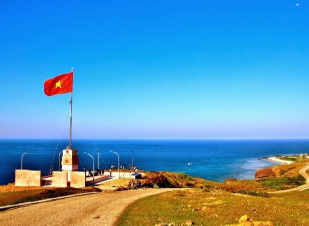 Cột cờ Tổ quốc trên đỉnh Thới Lới