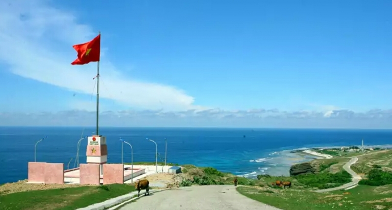 Cột cờ tổ quốc nằm trên đỉnh núi Thới Lới