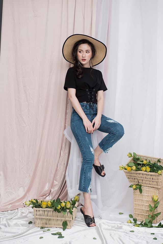 Áo croptop chiết eo kết hợp cùng quần bò cạp cao giúp các nàng tôn được vẻ đẹp của bản thân