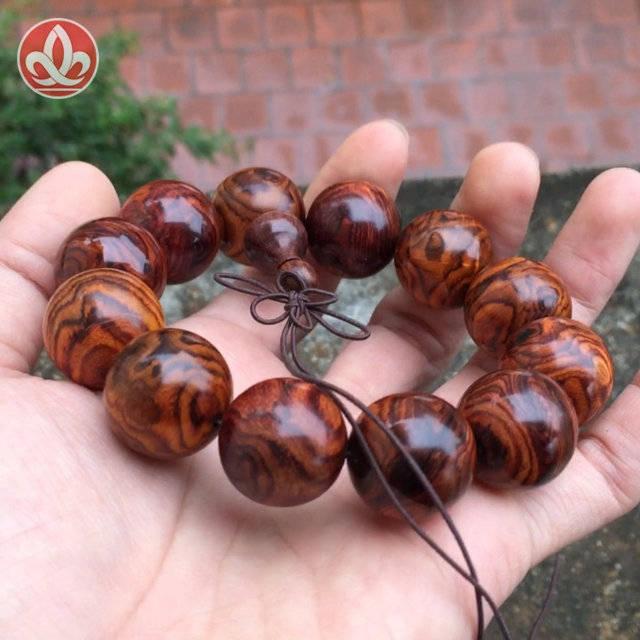 Vòng gỗ sưa đỏ vân chớp hoa hồng - CTY TNHH Mỹ Nghệ & Phong Thủy Sen Việt