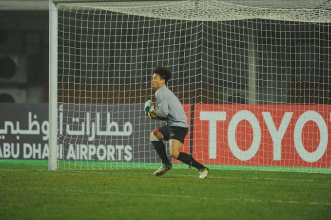 Khoảnh khắc Tiến Dũng ôm gọn trái bóng trong tay, cản phá thành công loạt sút luân lưu đầu tiên của U23 Iraq