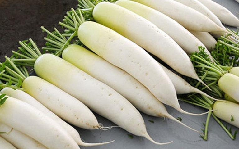 Đem củ cải trắng ép lấy nước rồi nấu chung với gừng khoảng 10 phút.