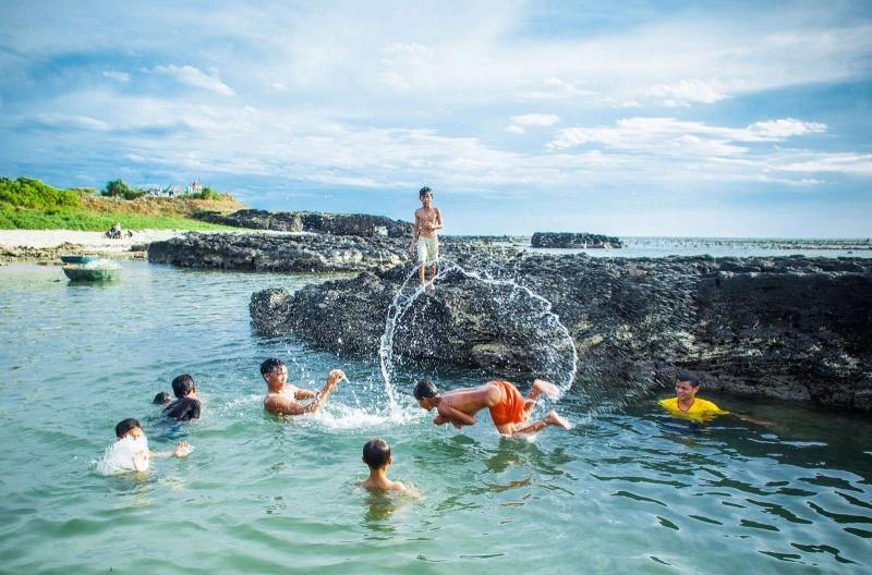 Hoạt động vui chơi dưới làn nước trong vắt ở Cù Lao Bờ Bãi