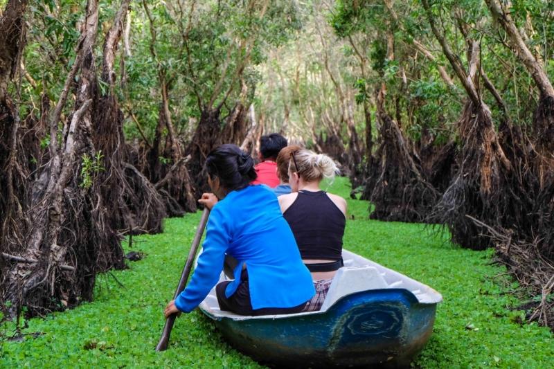 Thuyền đưa du khách tham quan cù lao Tân Phong