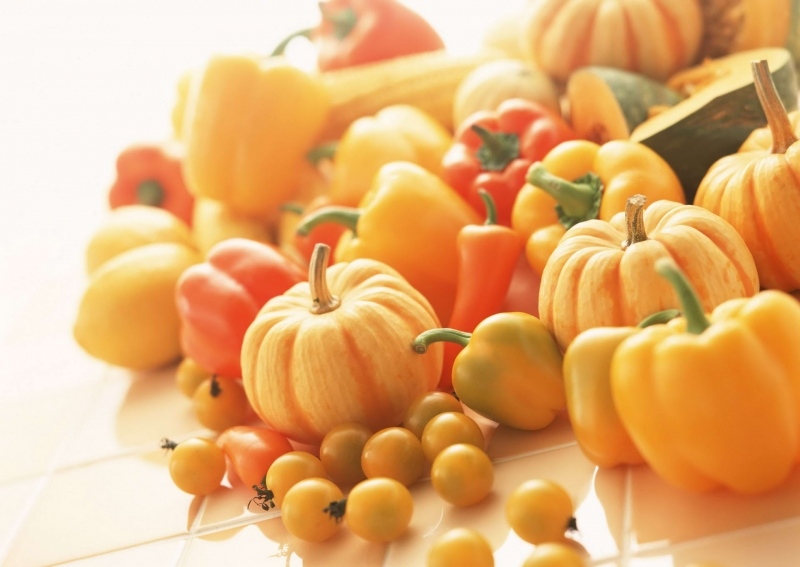 Củ quả màu vàng gồm bí đỏ, chuối, cà rốt...