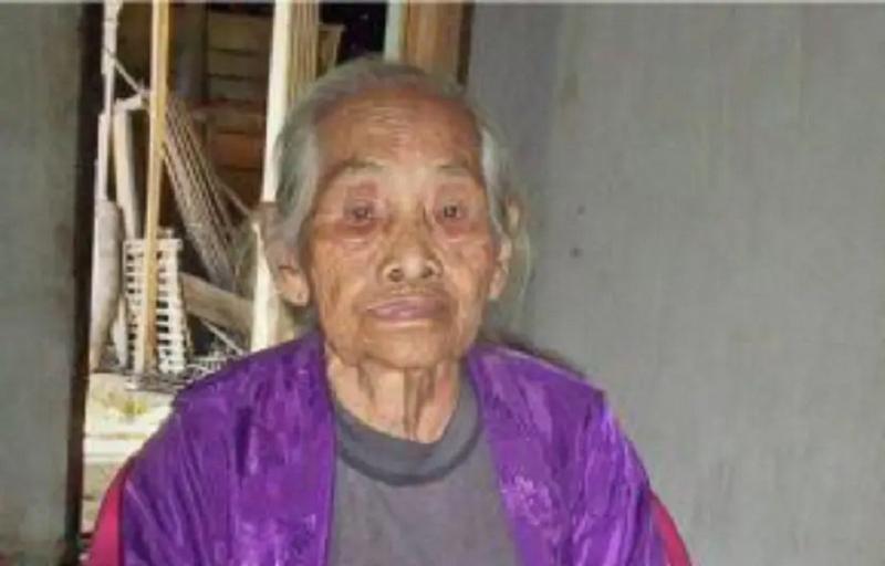 Cụ bà Turinah đang sống tại vùng phía Nam, hòn đảo Sumatran, Indonesia.