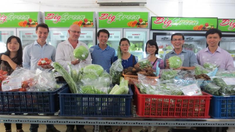 Chuyên gia từ Australia đến thăm cửa hàng rau sạch Biggreen