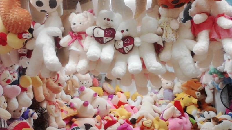 Gấu bông trắng ôm hình trái tim cho ngày lễ tình nhân