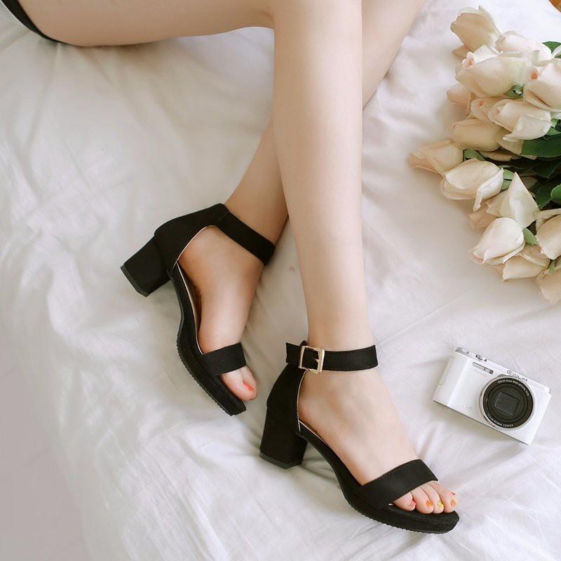 Đôi giày này tôn vẻ đẹp của đôi chân mình quá.