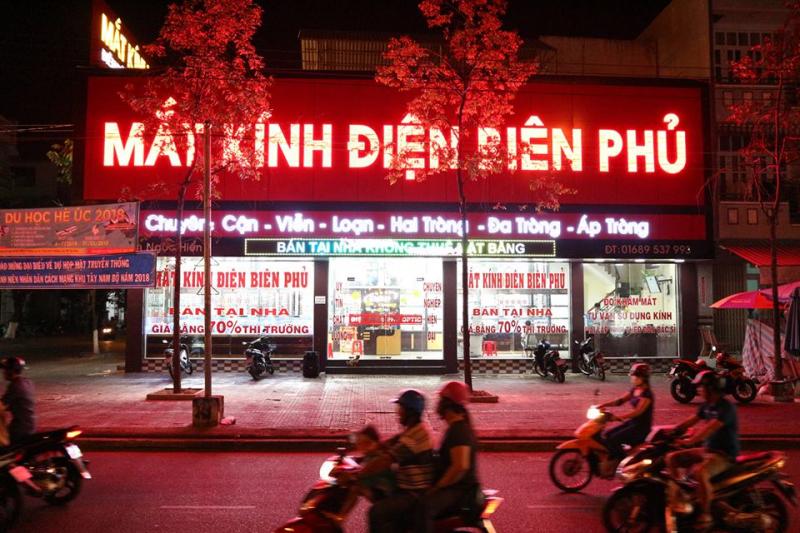 Phía ngoài cửa hàng mắt kính Điện Biên Phủ