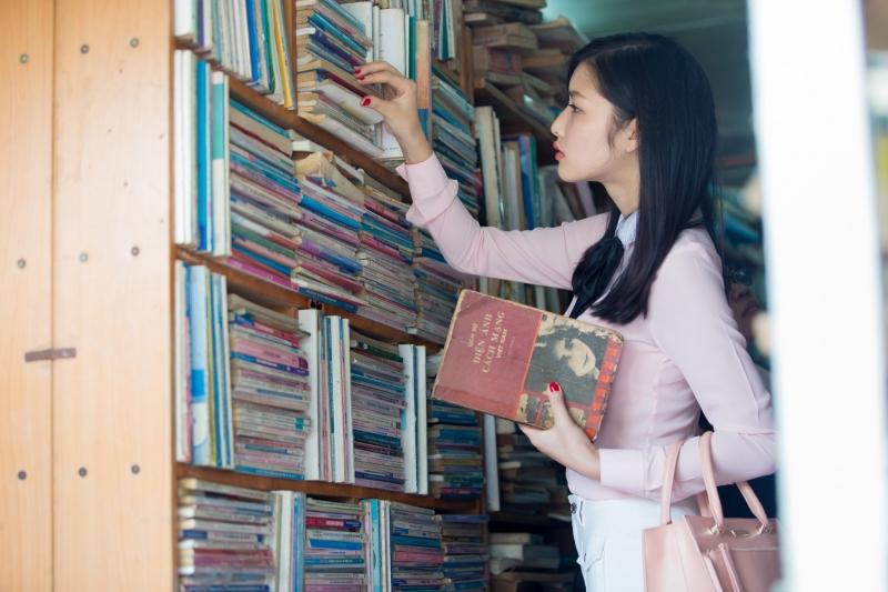 Hoa hậu Triệu Thi Hà ủng hộ hiệu sách cũ