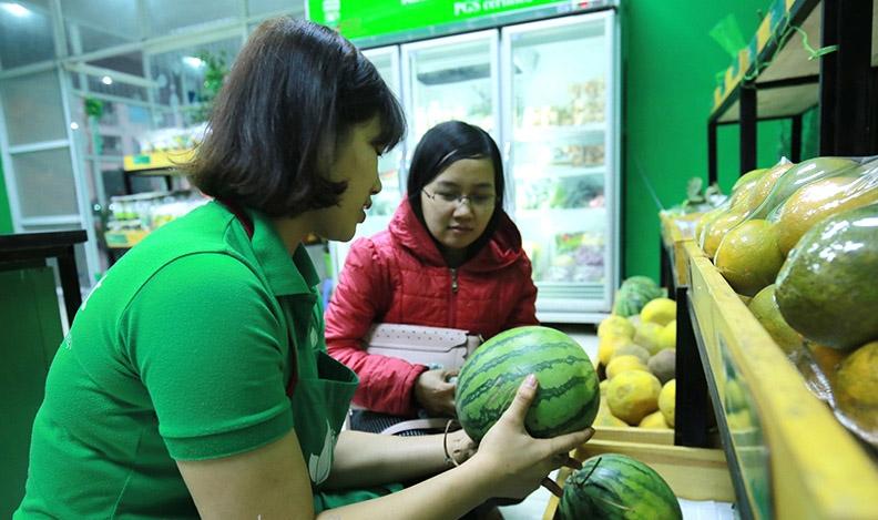 Khách hàng mua thực phẩm tại cửa hàng rau hữu cơ Tâm Đạt