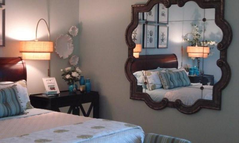 Cửa phòng ngủ không nên đối diện với tấm gương lớn