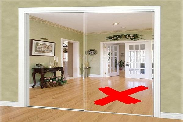 Theo phong thủy, treo gương đối diện với cửa ra vào (cửa chính) được cho là ngăn chặn, xua đuổi Thần Tài đến nhà.