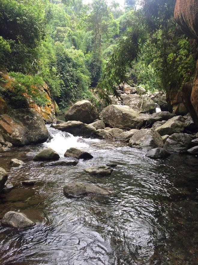 Dòng nước Cửa Tử len lỏi chảy qua từng khe đá, bào mòn và