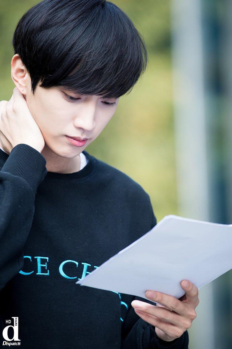 Jin Young luôn chăm chỉ học kịch bản mọi lúc mọi nơi