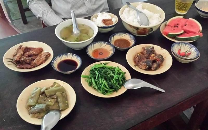 Thực đơn của Cục Gạch Quán rất đa dạng, có vô vàn món ăn từ Bắc tới Nam