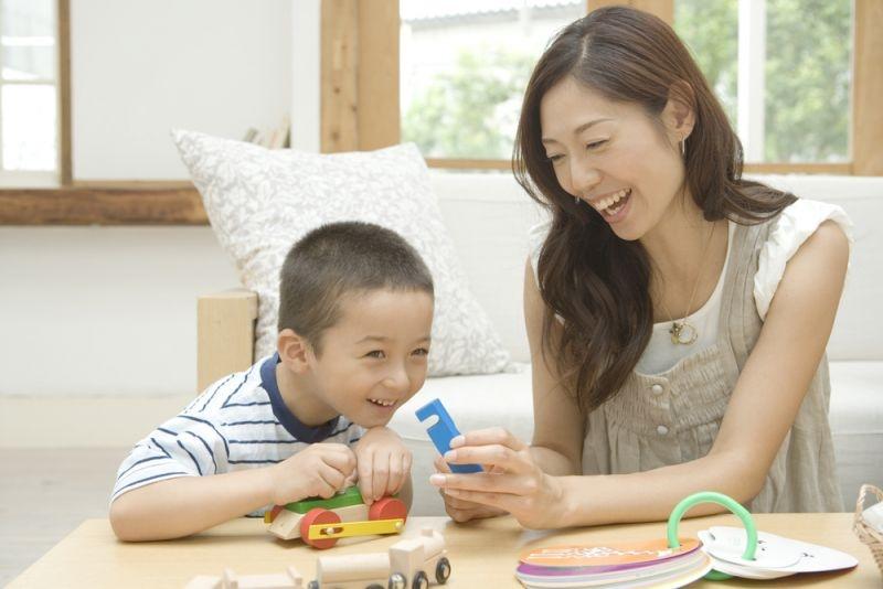 Cha mẹ hãy cùng chơi các trò chơi liên quan đến chữ cái cùng bé mỗi ngày.