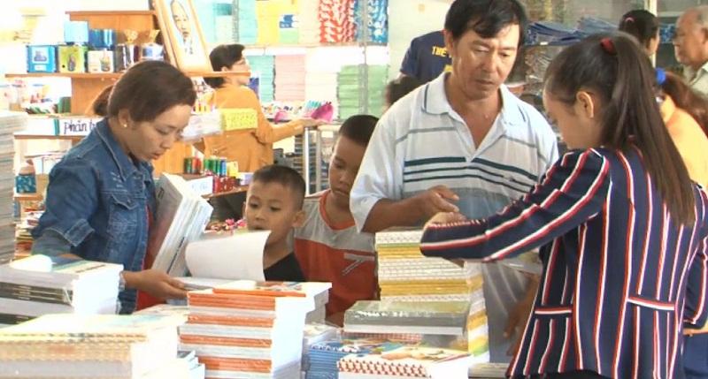 Cùng con mua sách vở và đồ dùng học tập