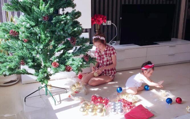 Cùng con trang trí cây thông Noel