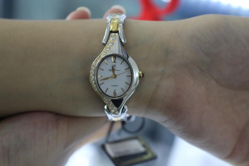 Song Ngư hợp với những mẫu đồng hồ có thiết kế mặt oval tròn, nhỏ