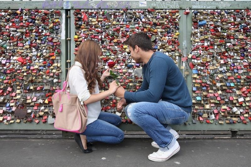 Khóa tình yêu treo đầy trên những cây cầu