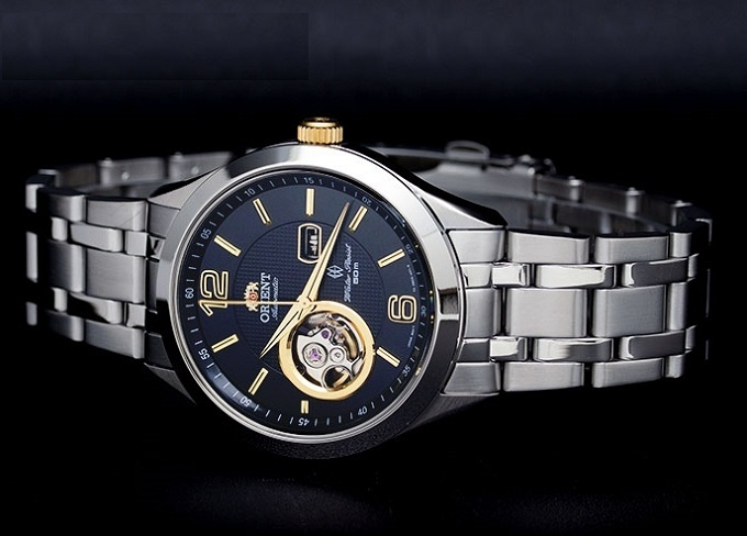 Đồng hồ đeo tay có thiết kế mặt tròn to bản đi kèm với dây đeo kim loại mắt to hợp với Thiên Bình