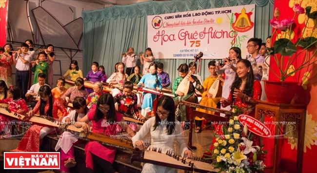 Một tiết mục biểu diễn hòa tấu nhạc cụ dân tộc của các thành viên Câu lạc bộ Tiếng hát quê hương